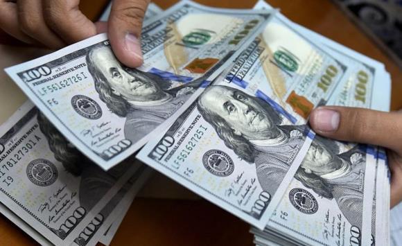 الدولار يرتفع والذهب ينخفض