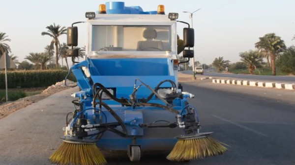 مصري يبتكر سيارة محلية الصنع لتنظيف الشوارع