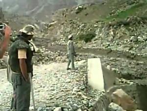 شاهد بالفيديو .. سيل من الحجارة يسير في احد الاودية