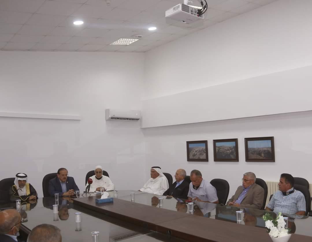 رئيس جامعة مؤتة يستعرض خطط الجامعة لخدمة المجتمع المحلي