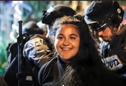 بالفيديو .. ما سر ابتسامة الفلسطينيين أثناء اعتقالهم على يد الاحتلال الإسرائيلي؟!