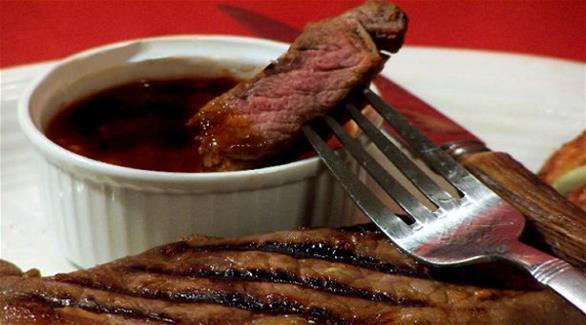 """طريقة تحضير لحم """"الستيك"""" مع الصلصة"""