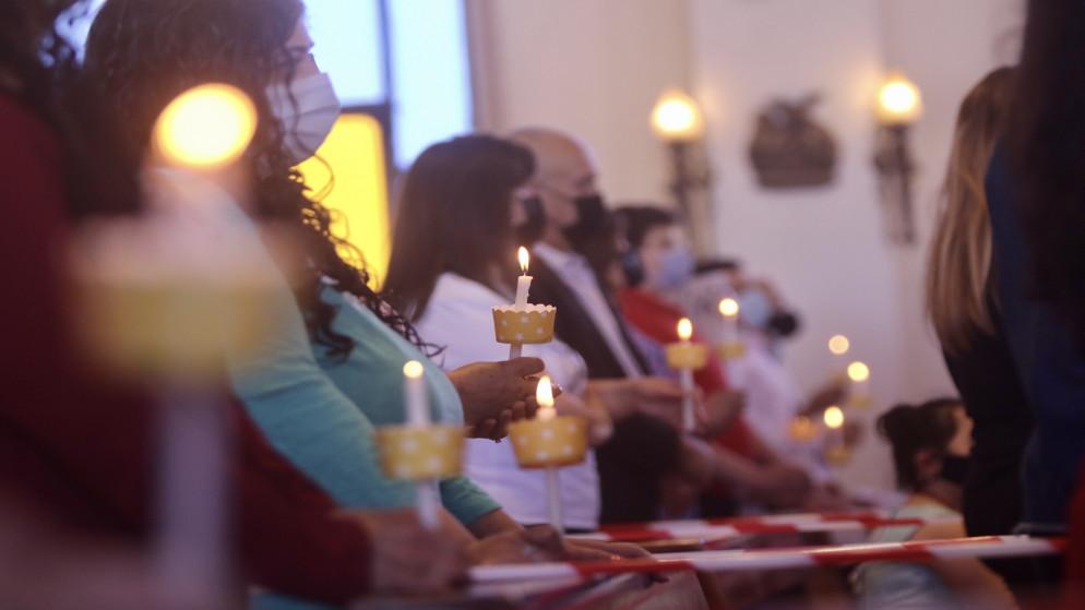 مسيحيو الأردن يحتفلون بسبت النور في الكنائس بعد انقطاع نحو شهرين