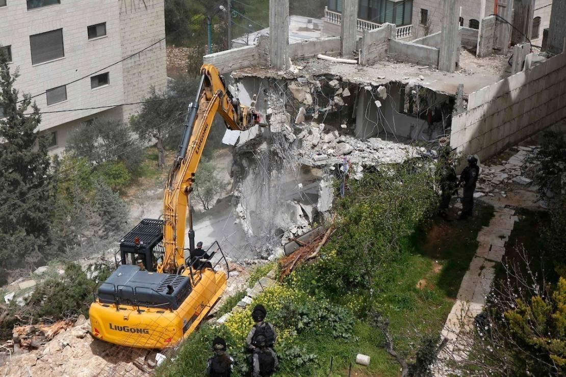 الاحتلال يهدم منزلًا غرب رام الله