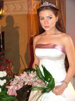 مي عز الدين: والدتي تلحّ عليّ لأتزوج ..  لكن الأمر ليس في يدي