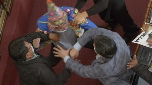 بالفيديو : شجار عنيف يتسبب في تعليق جلسة البرلمان البوليفي