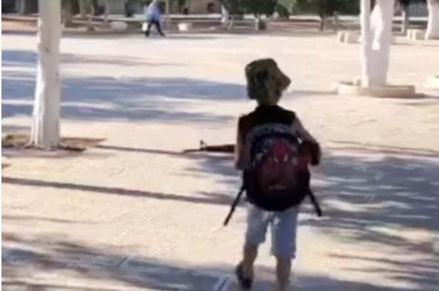 """""""أبو عبيدة بالطريق"""" ..  فيديو لطفل فلسطيني يلقى رواجا على منصات التواصل"""