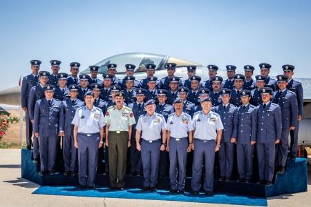 بالصور - الملك يرعى تخريج الطيارين من كلية الملك الحسين