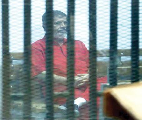 نواب بريطانيون يطلبون زيارة مرسي في محبسه