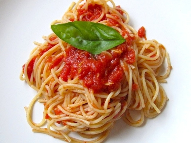 طباخ إيطالي يكشف مكوّناً سرّياً في صلصة البندورة يجعل المعكرونة لذيذة