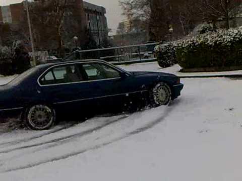 """الأمن يضبط 20 مركبة """"تفحط"""" بالثلوج .. تسببوا بإزعاج المواطنين"""