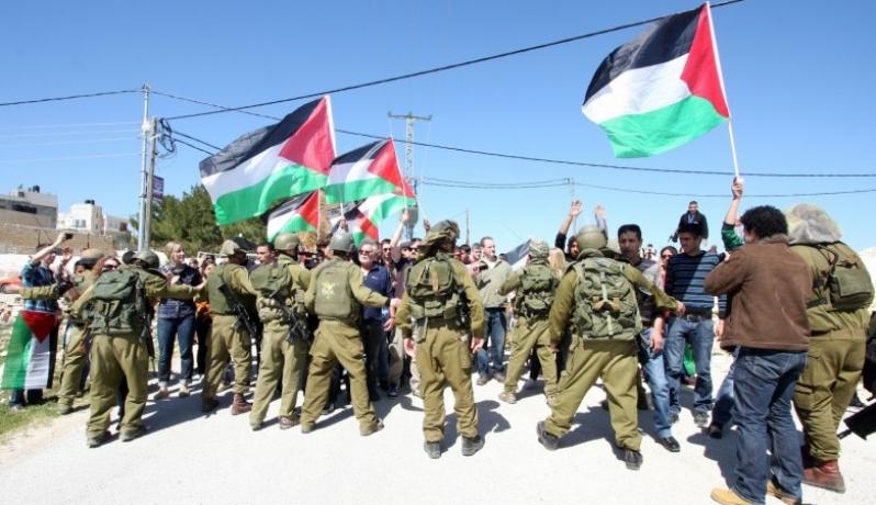 الاحتلال يقمع مسيرة للفلسطينيين عند سجن عوفر