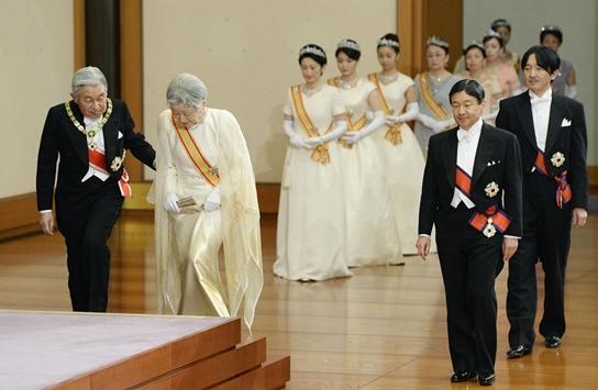 اليابان تبحث السماح للإمبراطور بالتنازل عن العرش