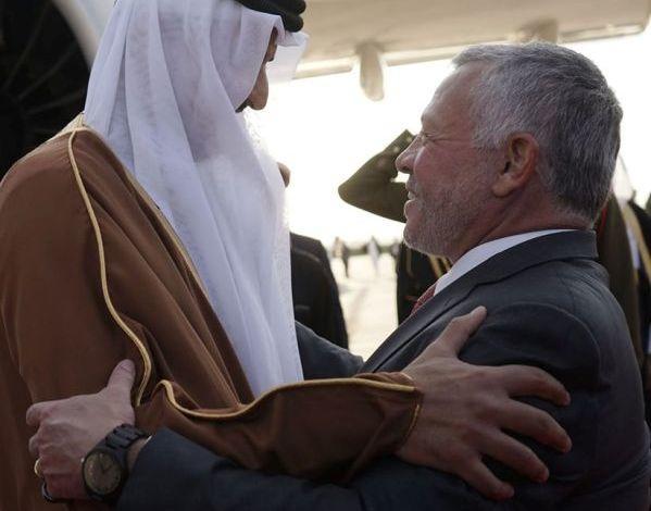الملك في مقدمة مودعي أمير قطر