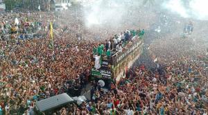بالفيديو والصور  ..  عشرات الألاف من الجزائريين في استقبال فريقهم بعد فوزهم بكأس افريقيا