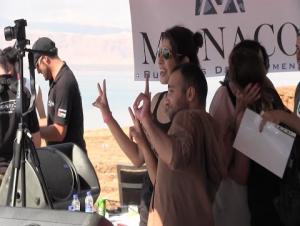 بالفيديو.. الأردن يدخل كتاب غينيس بأكبر سلسلة بشرية لإشارة السلام