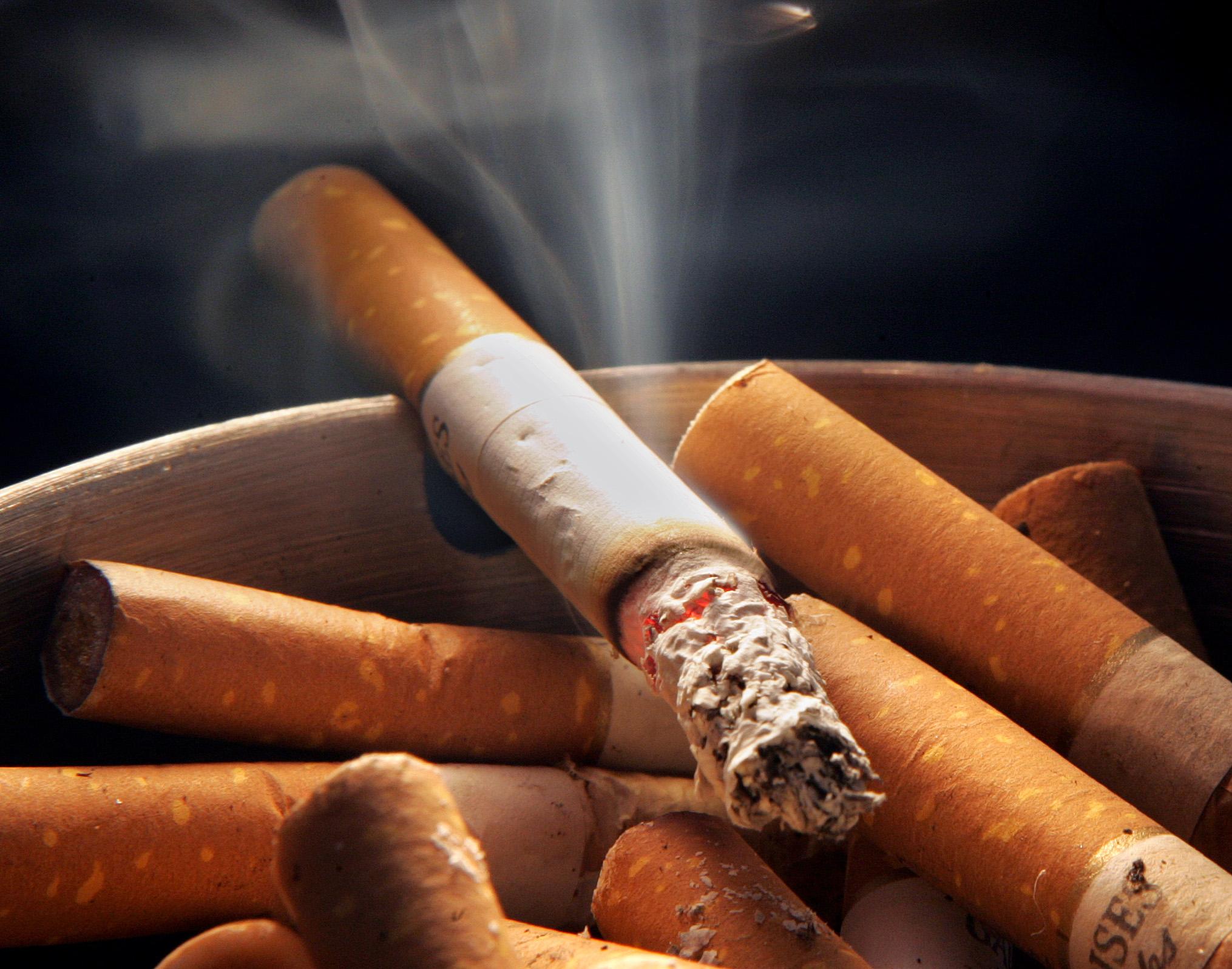 """""""الاعيان"""" يرفض منع التدخين تحت القبة"""