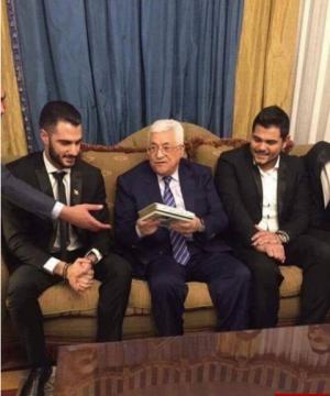 بالصور.. يعقوب شاهين يُهدي الرئيس الفلسطيني نسخة صدفية من القرآن الكريم