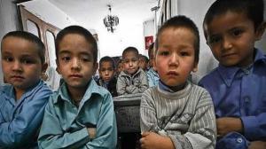 """معلم في إيران يعاقب تلاميذ أفغاناً بـ"""" طريقة مقززة ومُهينة"""" جدا"""