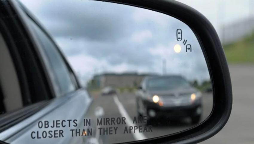 تفسير ظهور الأشياء أبعد مما هي عليه بالحقيقة في مرآة السيارة