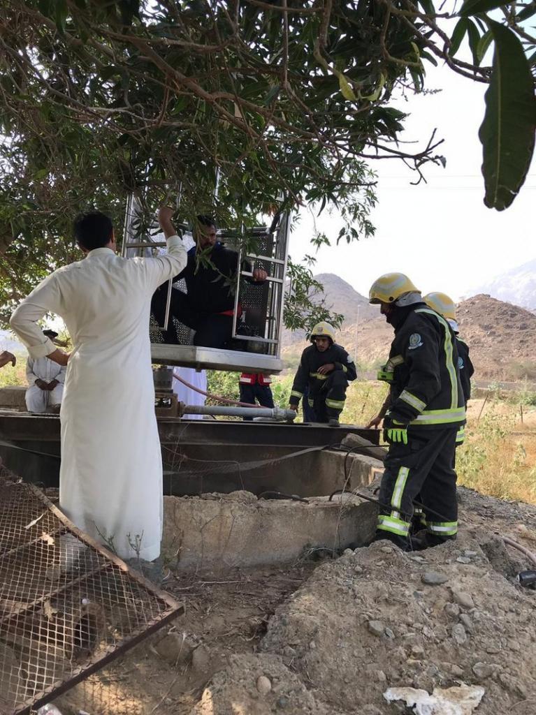 بالصور ..  شاهد لحظة إخراج سعودي علق في بئر أثناء محاولته إنقاذ ماعز