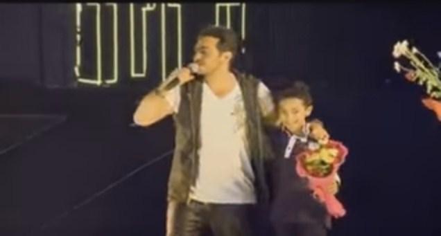"""تامر حسني يمتص غضب الجمهور بهذه اللفتة الجميلة مع الطفل """"لؤي عبدون"""""""
