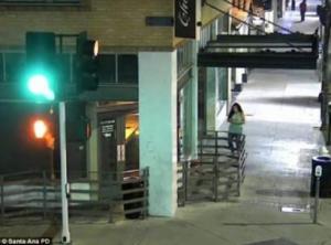صور مُروعة لرجل مخمور يحاول اغتصاب فتاة !