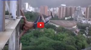 بالفيديو ..  يحبس الأنفاس لمغامر يقوم بحركات رياضية فوق ناطحة سحاب