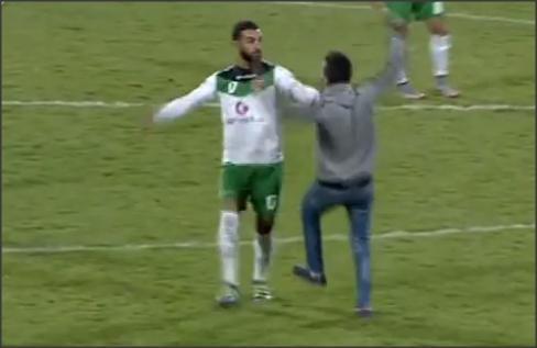 بالفيديو .. لحظة اعتداء أحد جماهير الفيصلي على لاعبي الأهلي
