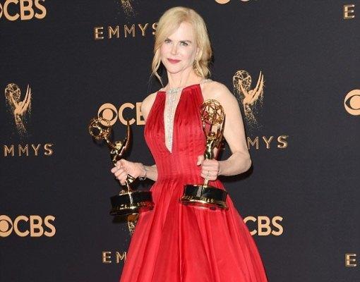 بالصور  ..  حذاء نيكول كيدمان يثير السخرية في الـ Emmy awards ..