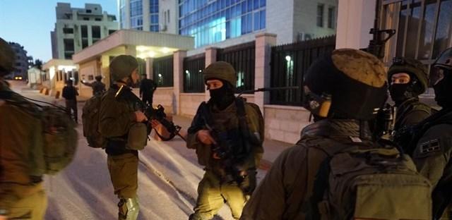اعتقالات- مصادرة اسلحة ومبالغ مالية كبيرة في الضفة