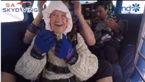 بالفيديو  ..  امرأة مسنة تحقق رقم قياسي بقفزها من مظلة على بعد 4000 متر