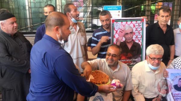 غزة توزع الحلوى ابتهاجًا بعملية التحرر من سجن جلبوع