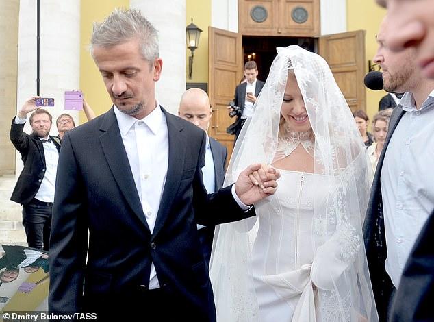 بالصور ..  بطقوس غريبة ..  زفاف مثير للجدل لمنافسة بوتين الرئاسية في موسكو