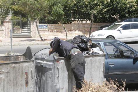 نقابة البلديات تدعو للحد من ظاهرة نابشي الحاويات لحماية  عمال الوطن من الإصابات
