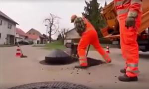 بالفيديو  كيف تصرف عمال الطرق مع خلل بسيط بأرتفاع مصرف بأحد الشوارع