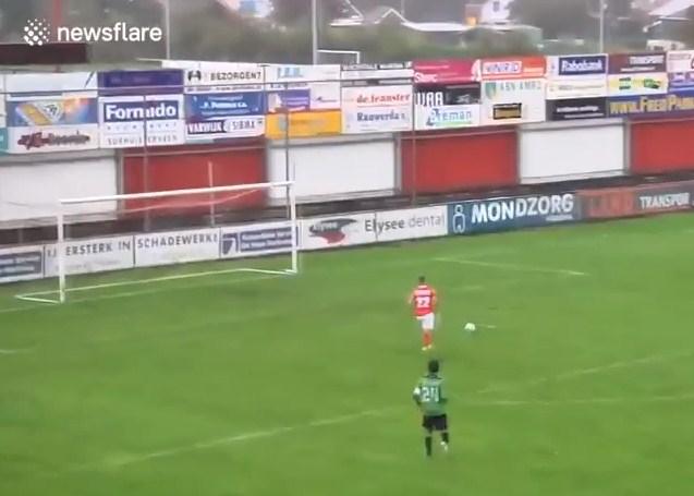 """بالفيديو  ..  لاعب """"غبي"""" يفشل في تسجيل هدف بالمرمى رغم عدم وجود حارس"""