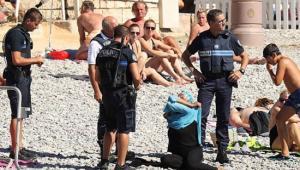 """بالصور .. الشرطة الفرنسية تجبر النساء المسلمات على خلع """"البوركيني"""""""
