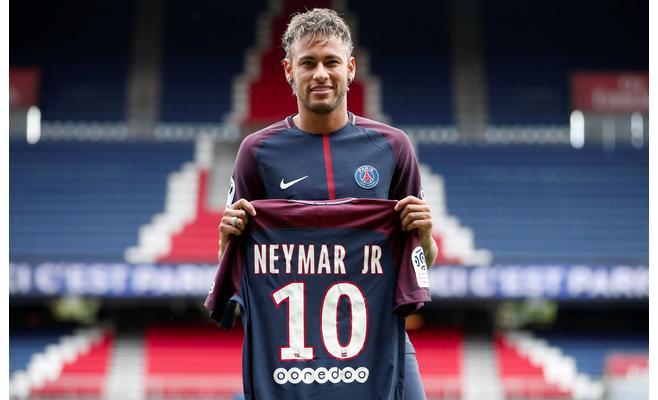 نيمار يطلب حرمان برشلونة من المشاركة في دوري الأبطال