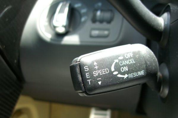 مميزات وعيوب مثبت السرعة في السيارات