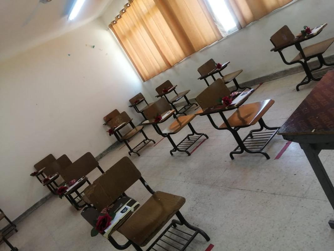 شاهد ..  كيف استقبلت مدرسة طالبات التوجيهي في أول امتحان؟