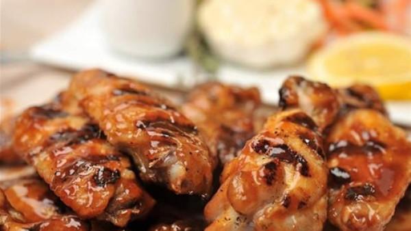 أجنحة الدجاج المشوية بصلصة الباربكيو