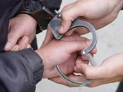 الأجهزة الأمنية تعتقل شاباً والده