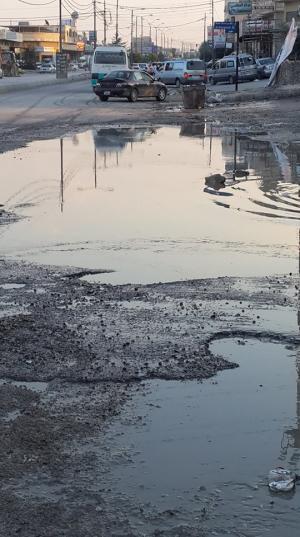 صورة .. بحيرة وسط شارع المصفاة بالزرقاء
