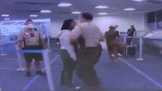 شرطي أمريكي يصفع امرأة من ذوي البشرة السوداء في مشادة (فيديو)