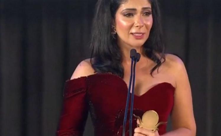 """بالفيديو  ..  رقصة و كلمة مؤثرة  ..  منة شلبي تقدم جائزة التميز لـ """"منى زكي""""  ..  تفاصيل"""