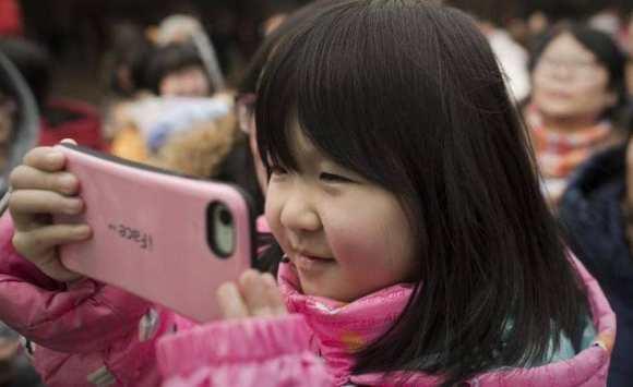 هاتف ذكي يسبب كارثة لطفلة