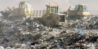 مواطنون يحتجون على إعادة فتح مكب أنقاض بحيِّ الضاحية في إربد