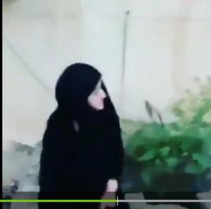"""بالفيديو ..  عراقي يطرد أمه حافية القدمين ويطلب تنزيل الفيديو على """"الفيسبوك""""!"""
