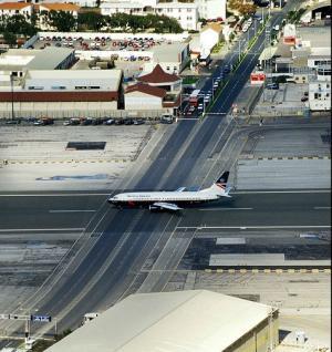 شاهد.. طائرة ركاب تهبط في الشارع وتوقف إشارة مرور